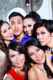 Asiatische Gruppe Parteileute, die Fotos machen, stellen sich Nachtclub vor Lizenzfreie Stockfotografie