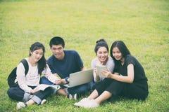 Asiatische Gruppe Studenten, die mit den Ideen für das Arbeiten an Th teilen lizenzfreie stockfotos
