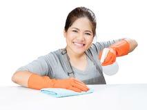 Asiatische Hausfrau, die auf Tabelle fegt Lizenzfreie Stockfotografie