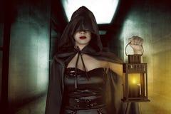 Asiatische Hexenfrau, die Laterne hält Lizenzfreies Stockfoto