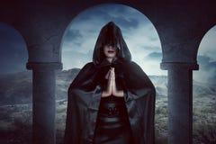 Asiatische Hexenfrau, ihre Hand buchstabieren noch Magie Stockfotografie