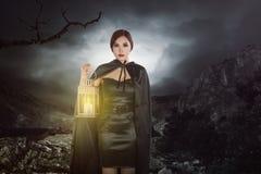 Asiatische Hexenfrau mit einer Laterne Lizenzfreies Stockfoto