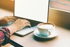 Asiatische hintere Ansicht des jungen Mannes von hand& x27; s, das Tastaturknopf drückt und Stockbild