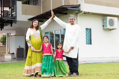 Asiatische indische Familie außerhalb ihres neuen Hauses Lizenzfreies Stockfoto