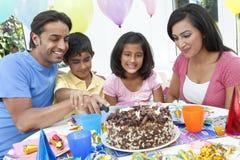 Asiatische indische Familie, die Geburtstagsfeier feiert Stockfotos