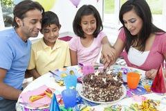 Asiatische indische Familie, die Geburtstagsfeier feiert Stockfoto