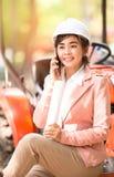 Asiatische Ingenieurvollziehendfrau Lizenzfreie Stockbilder