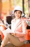 Asiatische Ingenieurvollziehendfrau Stockbild