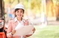 Asiatische Ingenieurvollziehendfrau Stockbilder