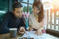 Asiatische jüngere sind anfangen, Büro oben zu Hause zu bearbeiten freiberuflich tätig Lizenzfreie Stockfotografie