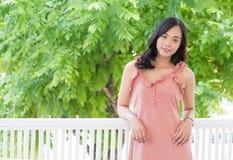 Asiatische Jugendliche des netten Lächelns auf Balkon stockfoto
