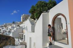 Asiatische junge Frau auf Santorini-Insel lizenzfreies stockbild