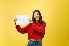 Asiatische junge Frau, die leeres Brett oder Papier hält stockfotos