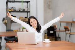 Asiatische junge Geschäftsfrau aufgeregt und froh vom Erfolg mit Laptop lizenzfreie stockfotos