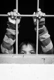 Asiatische Junge Hand im Gefängnis lizenzfreie stockfotografie
