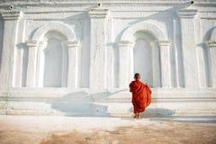 Asiatische junge kleine buddhistische Mönche stockfoto