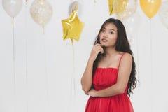 Asiatische junge schöne Dame im roten Kleid lizenzfreies stockbild