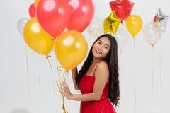 Asiatische junge schöne Dame im roten Kleid lizenzfreie stockbilder