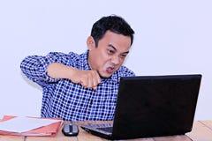 asiatische junge Unternehmer des Ausdrucks, die sehr verärgert waren, sahen alle, die die Daten der Laptops seine sind, die zerha stockbilder