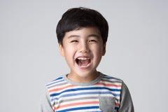 Asiatische Jungenatelieraufnahme Lizenzfreie Stockbilder