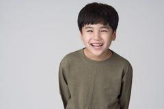 Asiatische Jungenatelieraufnahme Lizenzfreie Stockfotos