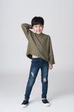 Asiatische Jungenatelieraufnahme Stockfotos