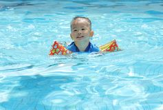 Asiatische Jungenschwimmen Lizenzfreie Stockfotos