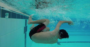 Asiatische Jungenschwimmenfreistil- und -Sturzdrehungen stock video