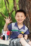 Asiatische Jungentat fünf mit den Fingern Lizenzfreie Stockfotografie