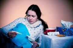 Asiatische kaukasische Frau mit Grippe und feaver Stockfotos