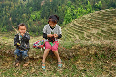 Asiatische Kinder in den Bergen von China, unter den Reisterrassen. Stockbild