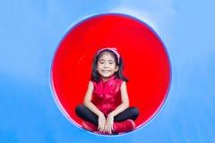 Asiatische Kinder des glücklichen Lächelns auf Kreis von Plastik-tennel lizenzfreie stockbilder