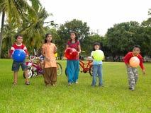 Asiatische Kinder, die im Park spielen Lizenzfreies Stockbild