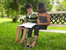 Asiatische Kinder in einem Garten Stockfotografie