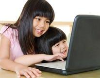 Asiatische Kinder unter Verwendung des Laptops stockbilder