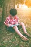 Asiatische Kinderzeichnung im Nationalpark im Urlaub Bildung conc Lizenzfreies Stockfoto