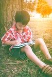 Asiatische Kinderzeichnung im Nationalpark im Urlaub Bildung conc Lizenzfreie Stockfotografie