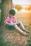 Asiatische Kinderzeichnung im Nationalpark im Urlaub Bildung conc Lizenzfreie Stockbilder