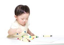 Asiatische Konzentration des kleinen Mädchens auf Zeichnung Lizenzfreie Stockfotografie