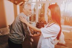 Asiatische Krankenschwester hilfen Erwachsener Wanderer Pflegeheim lizenzfreies stockfoto