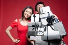 Asiatische lächelnde Paarholdinggeschenke Stockbild