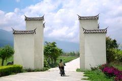 Asiatische ländliche Frau mit traditionellem Korb auf einem Motorrad lizenzfreies stockbild