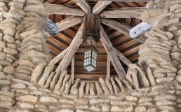 Asiatische Laterne, die von der hölzernen Decke hängt stockfotografie