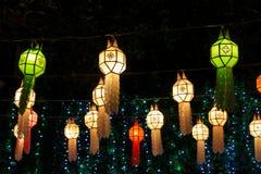 Asiatische Laternen der bunten Lichter nachts Lizenzfreie Stockfotos