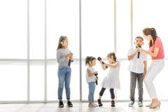 Asiatische Lehrerspielmädchen und -junge etwas Fungieren stockfoto