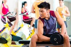 Asiatische Leute, die Sport für Eignung in der Turnhalle ausüben Lizenzfreie Stockfotos