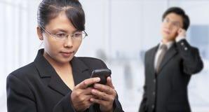 Asiatische Leute und Telekommunikation lizenzfreies stockfoto
