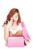 Asiatische Mädchenüberraschung mit einer Geschenkbox lizenzfreie stockfotos