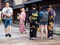 Asiatische Mädchen in den Kimonos, die Fotos in historischem Higashichaya-Bezirk von Kanazawa machen Stockfotografie