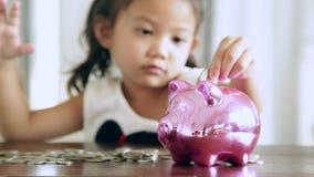 Asiatische Mädchen mit Einsparungen während der Zukunft stock footage